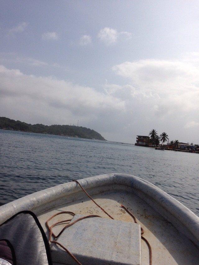 lancha llegando isla grande